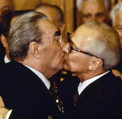 10 фактов о поцелуях Брежнева