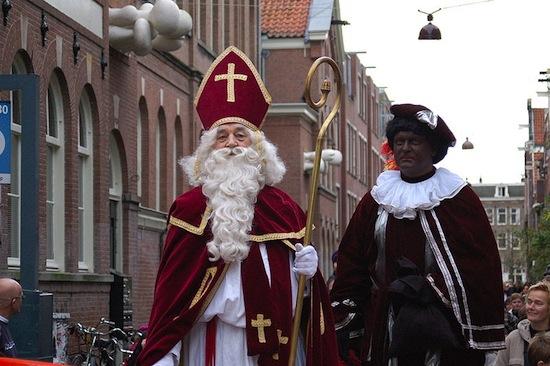 Голландского Санта Клауса сопровождает чернокожий мальчик-слуга