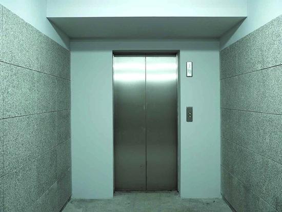 У человека практически нет шансов выжить в падающей с высокого этажа кабине лифта