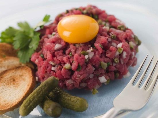 Стейк тартар был придуман монголами, которые клали мясо под седло, чтобы размягчить