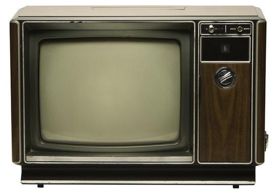 Si lees con poca luz o miras la televisión de cerca, arruinarás la vista.