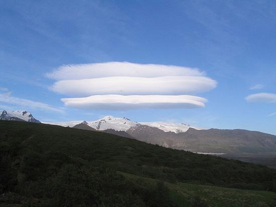 Лентикулярные облака не двигаются в небе, каким бы сильным ни был ветер