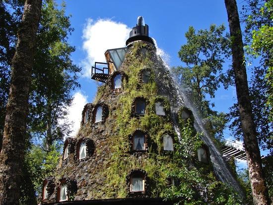 В заповеднике под названием Huilo Huilo есть отель в жерле потухшего вулкана