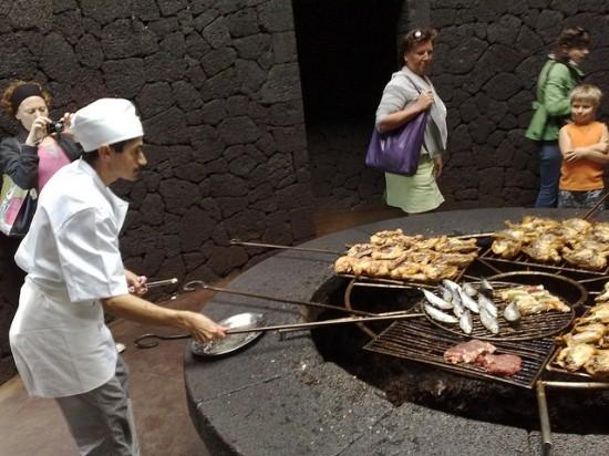В Ресторане «El Diablo» пища готовится над кратером действующего вулкана