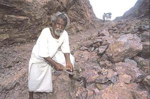 Индийский крестьянин убрал гору