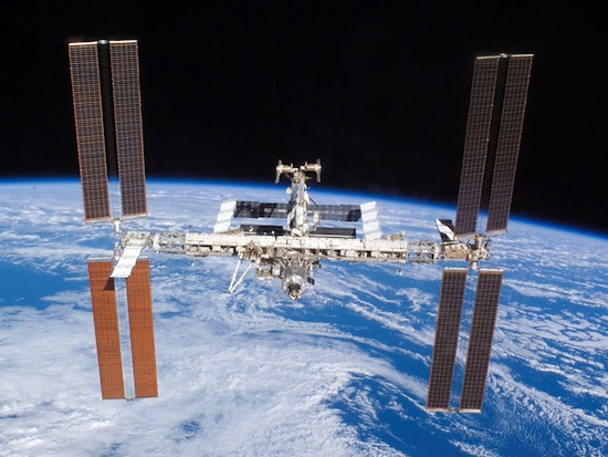 Российский состав МКС тестирует систему лазерной связи для передачи данных