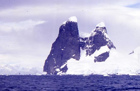 В Антарктиде есть два природных объекта под названием «Сиськи Уны» («Una's Tits»)