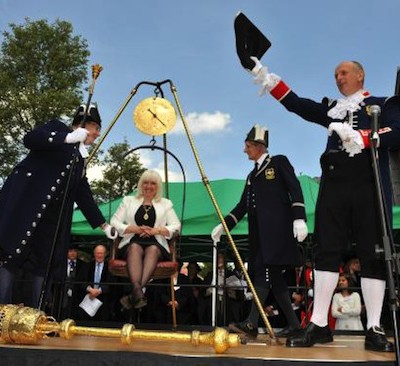 В британском городе существует традиция публичного взвешивания мэра