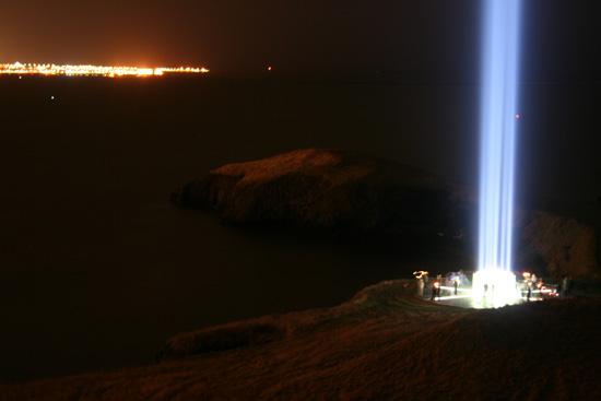 В Исландии есть мемориал в виде четырёхкилометрового столпа света