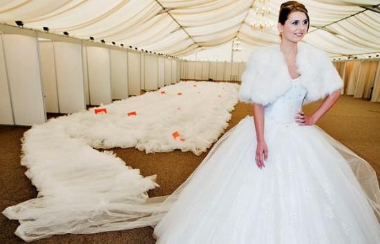 Длина шлейфа самого длинного свадебного платья в мире — 2 км 750 м