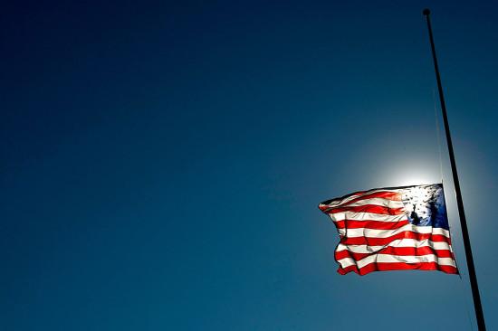 Во время траура флаги приспускают вниз для того, чтобы освободить место для флага смерти