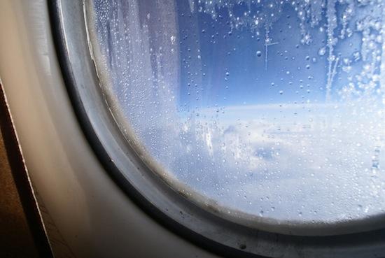 Иллюминаторы в самолёте круглые для того, чтобы не дать ему развалиться на куски