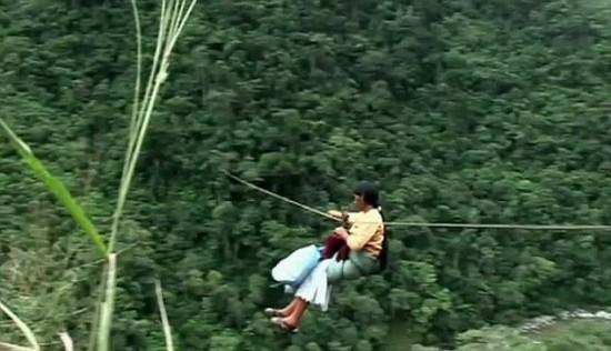 В Боливии люди пользуются системой канатов для перелётов через расселины