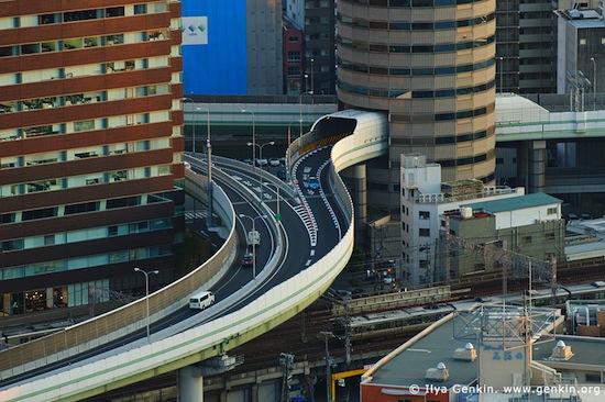 В Осаке (Япония) есть здание, через которое проходит автотрасса