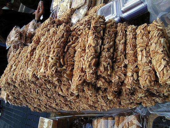 В корейском языке фраза «ешь ёт!» является грубым ругательством, эквивалентом «пошёл в...»