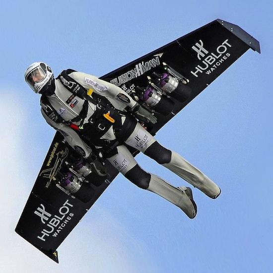 Ив Росси, «человек-ракета», летает в швейцарских Альпах