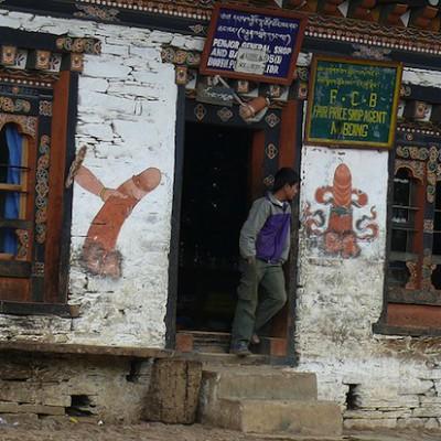 В королевстве Бутан на домах нарисованы дружелюбные фаллосы