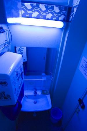 Туалеты в клубах освещены синим светом для того, чтобы наркоманы не могли разглядеть вены