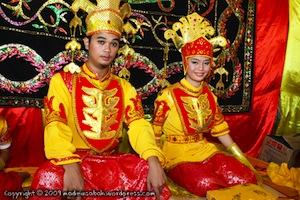 Молодожёнам народа Тидонг запрещено пользоваться туалетом в течение 3-х дней после свадьбы