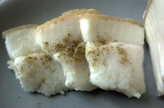Солёное свиное сало может остановить носовое кровотечение