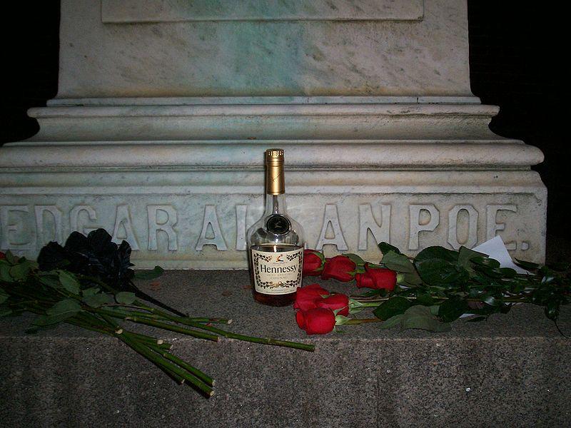 Каждый год в день рождения Эдгара Аллана По таинственный человек оставлял розы и коньяк на его могиле