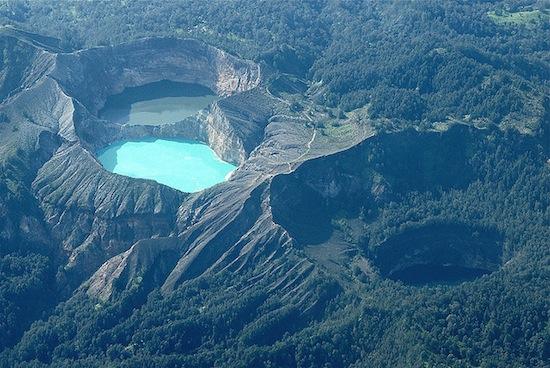 На вершине вулкана Келимуту есть три разноцветных озера