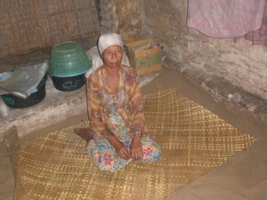 В Индонезии люди предпочитают спать на песке