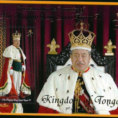 В королевстве Тонга могильщикам короля запрещают использовать руки 100 дней после похорон
