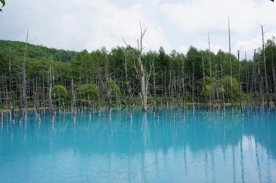 В Японии есть бирюзовый пруд