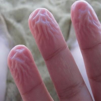 Пальцы сморщиваются при длительном контакте с водой для того, чтобы лучше удерживать мокрые и скользкие предметы