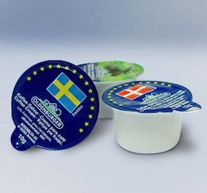 Сливки для кофе, упакованные в маленькие пластиковые контейнеры, состоят из транс-жиров