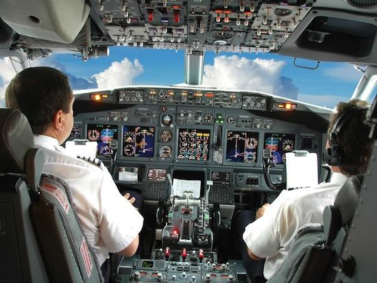 Пилот самолёта и второй пилот перед рейсом обязаны есть разные блюда, на случай, если один из них отравится