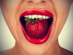 Клубнику можно использовать для отбеливания зубов