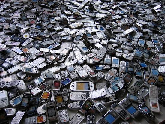 В тонне сотовых телефонов содержится больше золота, чем в 17-ти тоннах золотоносных руд
