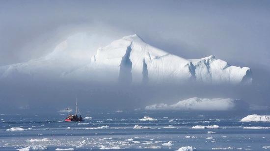 По прогнозам, к 2050-му году слой арктических льдов станет настолько тонким, что морские суда смогут ходить через Северный полюс