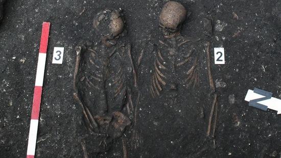 Румынские археологи нашли пару средневековых скелетов, «Ромео» и «Джульетту», держащихся за руки