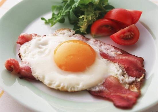 Если вы будете завтракать яйцами и мясом, это поможет удержаться от еды по ночам