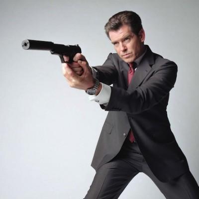 По контракту, пока Пирс Броснан играл роль Джеймса Бонда, ему было запрещено носить смокинг в любом другом фильме