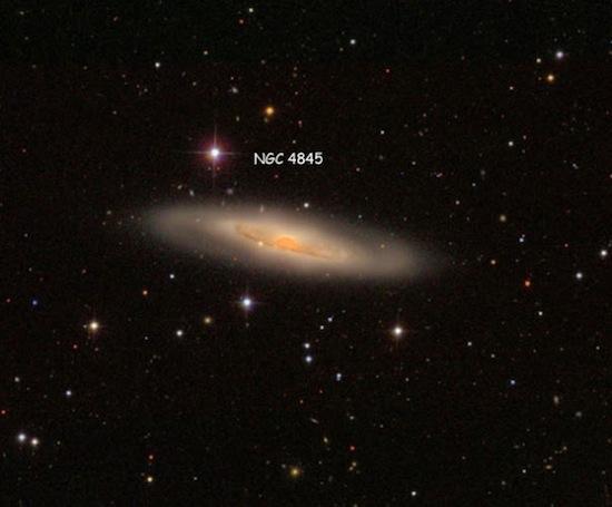 Астрономам впервые удалось пронаблюдать, как чёрная дыра «поедает» планету