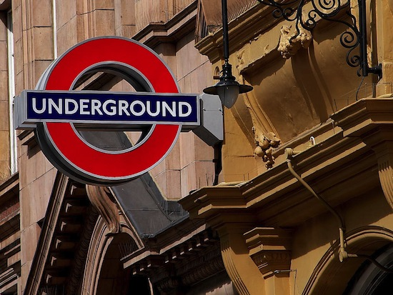Перед запретом на употребление алкоголя в метро Лондона тысячи людей спустились в него, чтобы выпить пива