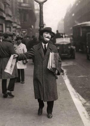 Этот продавец газет носил маску с усами задолго до героя «V – значит вендетта» и Анонимусов