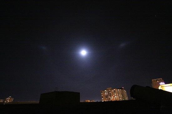 Существует явление, при котором мы видим на небе несколько Солнц одновременно