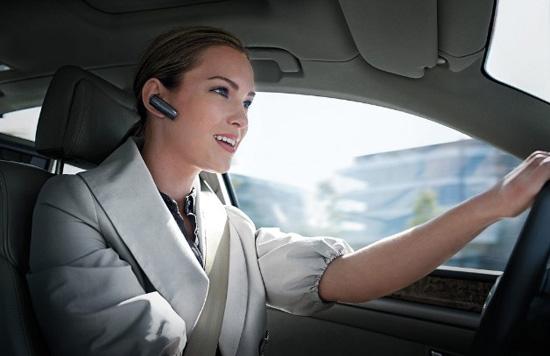 На самом деле пользоваться гарнитурой за рулём не менее опасно, чем держать телефон в руке