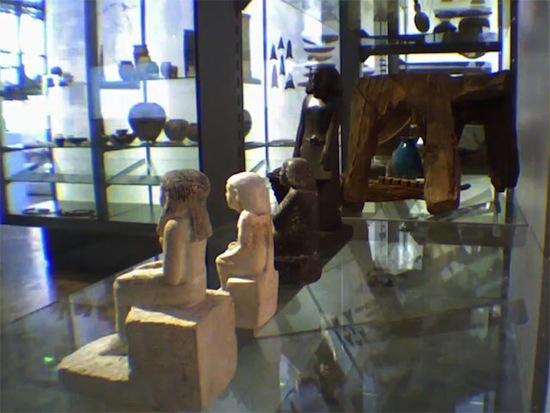 Египетская статуэтка в английском музее двигается сама по себе