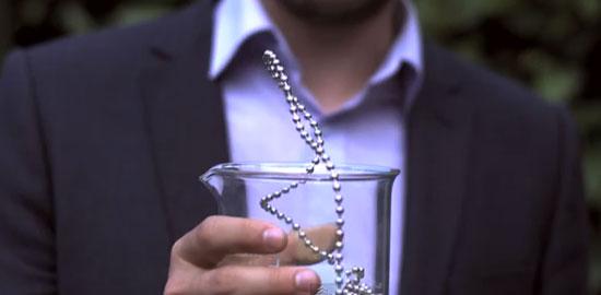 Длинная цепь шариков способна «левитировать»