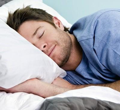 Сон на правом боку может избавить вас от изжоги