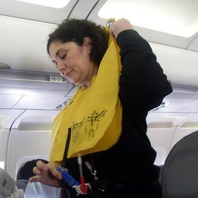При авиакатастрофе спасательный жилет нельзя открывать в салоне самолёта, иначе можно погибнуть