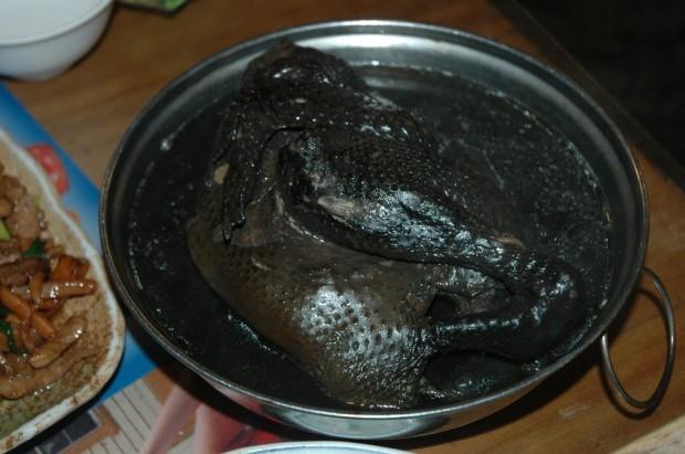 Существуют чёрные куры, у которых чёрная кожа и внутренние органы