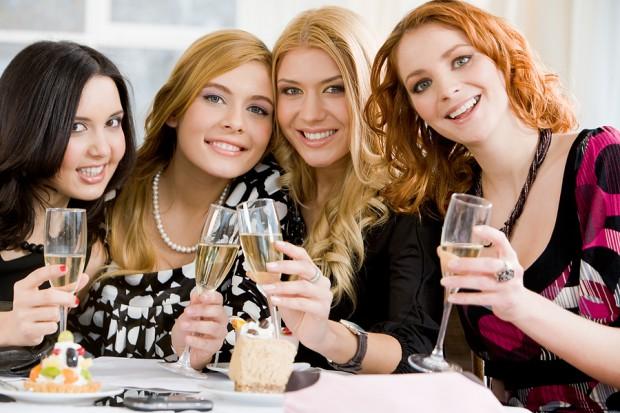 В окружении привлекательных друзей человек выглядит на 2% симпатичнее