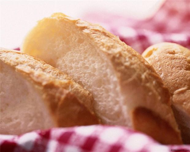 Если хранить хлеб в холодильнике, он черствеет быстрее